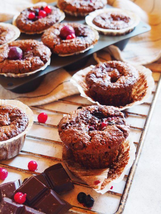 Muffins aux fruits rouges, chocolat et purée d'amande